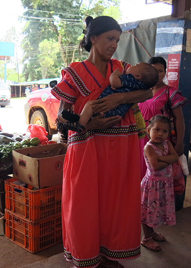 Mum and baby are from the indigenous group Ngöbe-Buglé. The ladies hand sew their colourful dresses